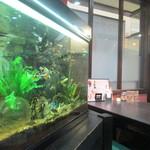 中国料理 揚州厨房 - 熱帯魚が泳ぐ水槽も