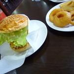 ウッディーベル - ミディサルサチーズバーガー880円+コンボセットとレッドオレンジ