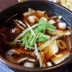 竹國 - アツアツのつけ汁には豚バラ肉と長ネギ、玉ねぎ、三つ葉が
