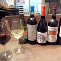 専属ソムリエがセレクトするお肉にマッチするワインの数々。