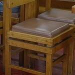 中華料理 大勝軒 - 釘を使わずに栓で組み立てられている木製の椅子