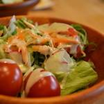 ココット - サラダにはバジル&チーズのドレッシングをチョイス