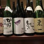 八お野 - カウンターには日本酒がずらり。
