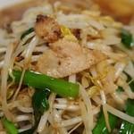 ベトコンラーメン新京 - ベトコンラーメン(もやし&ニラ炒めがたっぷり)