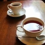 カフェレストラン亜詩麻 - セットの紅茶とコーヒー