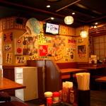 串かつじゃんじゃん - 昭和な雰囲気を演出している店内
