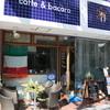 カフェ&バーカロ イル ニード - 外観写真:青いタイルの看板が目印!