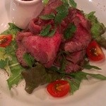 ワインビストロ ピコレ - さしのほどよく入った黒毛和牛のローストビーフ。いいお肉が入ったときにしか作らない、ひと皿です。
