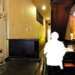 味奈登庵 - 店内 奥はテーブルとカウンターです。2階に上がる階段もあります。