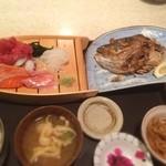28660072 - 居酒屋のおまかせランチ、刺身盛合せに鯛の兜焼きがついて1000円は安いq