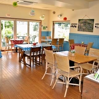 陽だまりのような落ち着いた雰囲気のカフェ