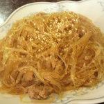 新華苑 - 料理写真:肉味噌と春雨を炒めたみたいな感じ。ゴマがかかってて香ばしい。