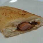 みもすパン工房 - ニューバードの中身は細いソーセージとカレー風味の野菜ソース