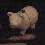 ガルボ - 豚のお人形。隣にはキタッラ(パスタ製造器)が。