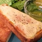 ザ ピンク ウィードカフェ - トーストの一枚には、マヨネーズが塗られています