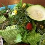 ザ ピンク ウィードカフェ - 色鮮やかな野菜サラダ、オリーブオイルを掛けていただきました