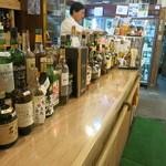 堤酒店+立ち飲みナポレオン - カウンターにはお酒がずらり、楽しい!