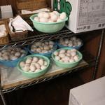 YOU - キッチンそばには大量の卵が。