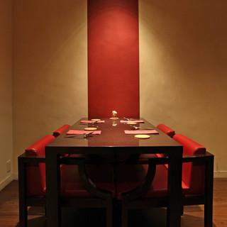 赤と黒を基調としたモダンなテーブル席