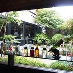 ステーキ池田 - 店内から見た庭