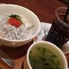 ナナズグリーンティー - 料理写真:しらすと明太子の丼(スモールサイズ)アイスコーヒーをセットで。