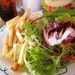 デモデ クイーン - フライドポテト&サラダ
