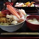 鈴女 - 海鮮丼を横から…