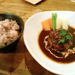 零 - 煮込みハンバーグ(十五穀飯、サラダ、スープ付)800円