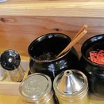 博多玉 - 卓上には、紅しょうが・辛子高菜・粒ゴマ・スリゴマ・コショウ。
