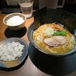 麺家 ぶらいとん - ラーメン 730円 麺中盛/ごはん 小 ランチタイム無料サービス
