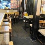 ジンギスカン楽太郎 - 昼は油そば、夜はジンギスカン「楽太郎」の店内様子。
