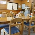 みゆき食堂 - 二人掛けテーブルが9テーブルあり、中央部は、それをひっつけて大テーブルにしています