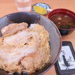 松月 - カツ丼、赤だし、漬物付き