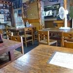 辰野屋 - 常連さんが食事をしています