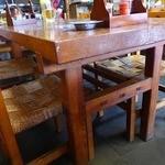 辰野屋 - テーブルはぶ厚い一枚板