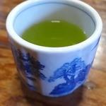 辰野屋 - 女将がお茶を運んできてくれます