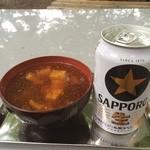 城山茶屋 - 名物なめこ汁にゆず七味をかけ、ビールとともに! 持参したおにぎりとともに頂きました。 美味い(^_^)