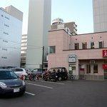 らーめんや天金 四条店 - お店の前が駐車場になっています。奥に店舗があります。右側が入口ですね。左は何なんだろう。