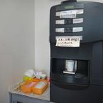 福田パン - 店内の有料セルフコーヒーマシン