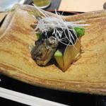 一献 - 焼いた鮎を揚げて田楽味噌とナス、白髪ねぎをいただきます。珍しいですね。