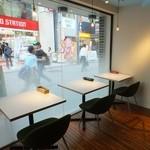 セピア カフェ - 外が見えるおしゃれなテーブル席。町の流れをゆっくりと見ながら美味しい料理を堪能してみては…?