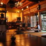 茶倉 - 古い日本家屋を改装した店内は、オシャレな小物でいっぱいです!