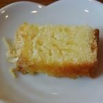 エーデルワイス洋菓子店 - サービスのアーモンドケーキ