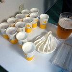 東京湾納涼船 - パーティープランの貸切部屋に置かれた生ビール