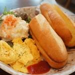 ドットカフェ - バゲットは、プレーン、スクランブルエッグ、ポテトサラダは定番