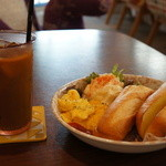 ドットカフェ - コーヒーにフレッシュを入れた時に、バゲット登場、スープ無くなっていたので、ツーショットで