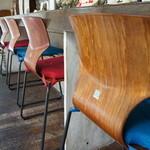 ワンダカレー店 - カウンターの椅子の座布団は、青と赤が交互に、この辺り、意外に繊細なセンスが出ていますね