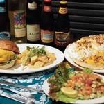 エッグスンシングス - *左からエッグスンバーガー,マンゴーAゴーゴー,ロミロミサーモン(17時からのディナーメニューです)