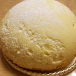 キャリエール ヒデトワ - 半熟チーズのケーキ。本当はもっと綺麗なんですが、持って帰る途中に少し側面にくっついちゃったようです <;´∀`>