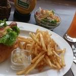 ケニーズハウスカフェ - サルサドック(フライドポテト付き)+¥200でサラダ・ドリンク追加